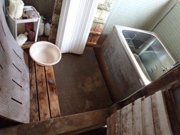 昔の造りで外の土間にあった寒いお風呂