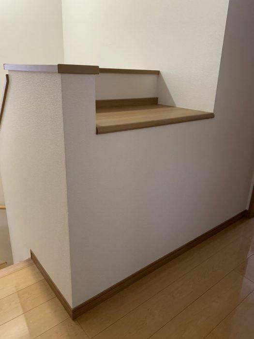 カウンター上に本やCDを置いていました この場所になんとか収納スペースを作れないか・・・?!