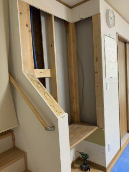 収納扉と固定棚と取り付ける為、まずは壁補強と造作からです