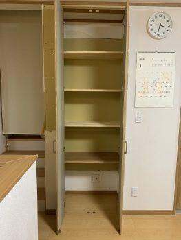 中は固定棚です 一番下の棚は元々あったカウンターを加工して再利用しています