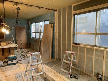 天井と床の下地を作り終え、壁の造作中です