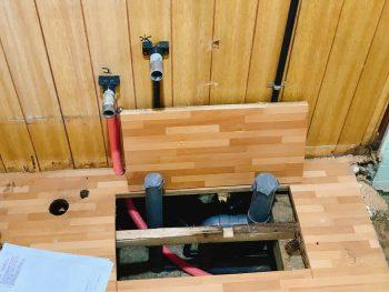洗面室の排水・給水・給湯管です