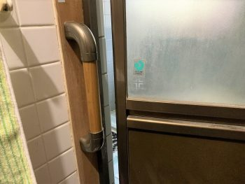 お風呂入口に手すりを取り付けました