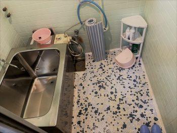 冬に床のタイルが冷たく、濡れていると滑りやすい在来工法のお風呂。