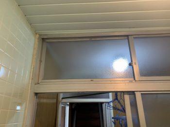 浴室の開口部は型板ガラスの引き違いでした。