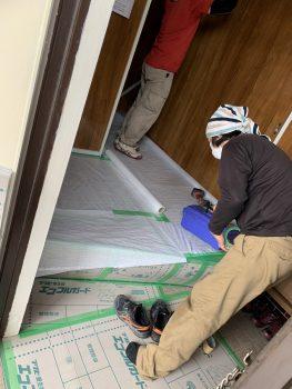 作業開始、廃材を処分するので動線を確認し、傷を防ぐために養生をしていきます。