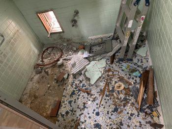 タイルだったお風呂の解体中です。