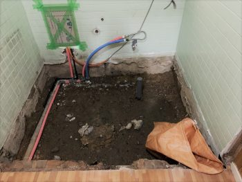 解体後は、新しい給水・給湯・排水管の新設です。