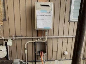 給湯器は高効率なエコジョーズです。バランス釜を外した箇所から水道・電気・ガス配管を通しています。