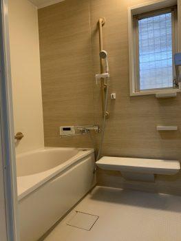 シャワーの位置が変えられるスライドバーは手すり兼用です。