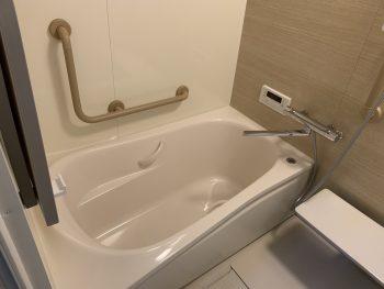 浴槽横にはL型の手すり。浴槽の出入りの際に安心です!