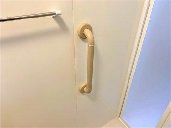 出入り口横の手すり。ご高齢のお客様には手すりがあると安心です。今回も多数設置しました。