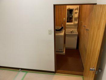 洗面室入口:開き戸でした。