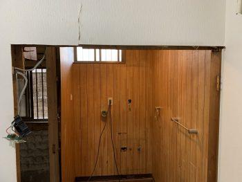 入口枠を広げました。最後にアコーディオンドアを取付けします。
