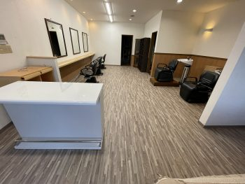 【完成】長尺シートを貼りました。アンティークな雰囲気が美容室に似合っていますね!